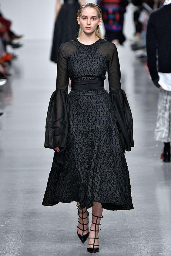 Коктейльные платья с модной отделкой осень-зима 2019-2020