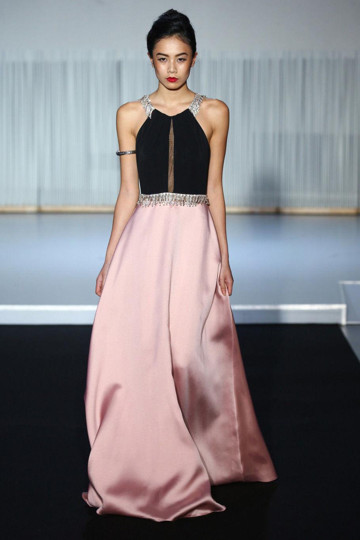 Модное вечернее платье с декольте-упряжкой осень-зима 2018-2019