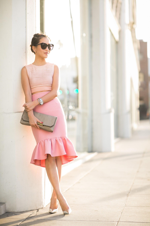 Розовая юбка-карандаш с оборкой