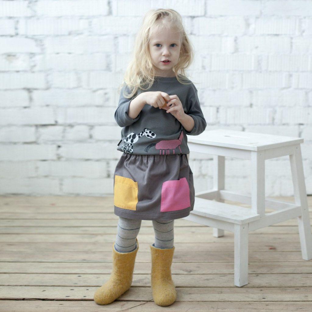 Девочка в модной юбке