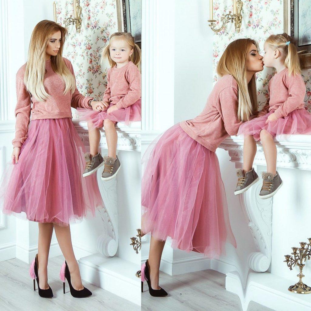 Мама и дочка в розовых стильных юбках