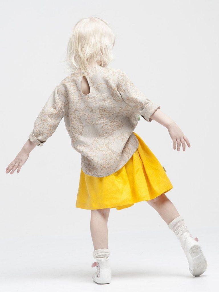 Девочка в желтой модной юбочке