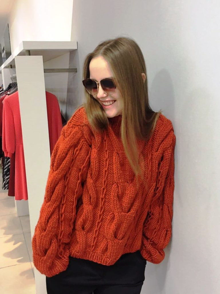 Стильный джемпер с косами осень-зима 2019-2020