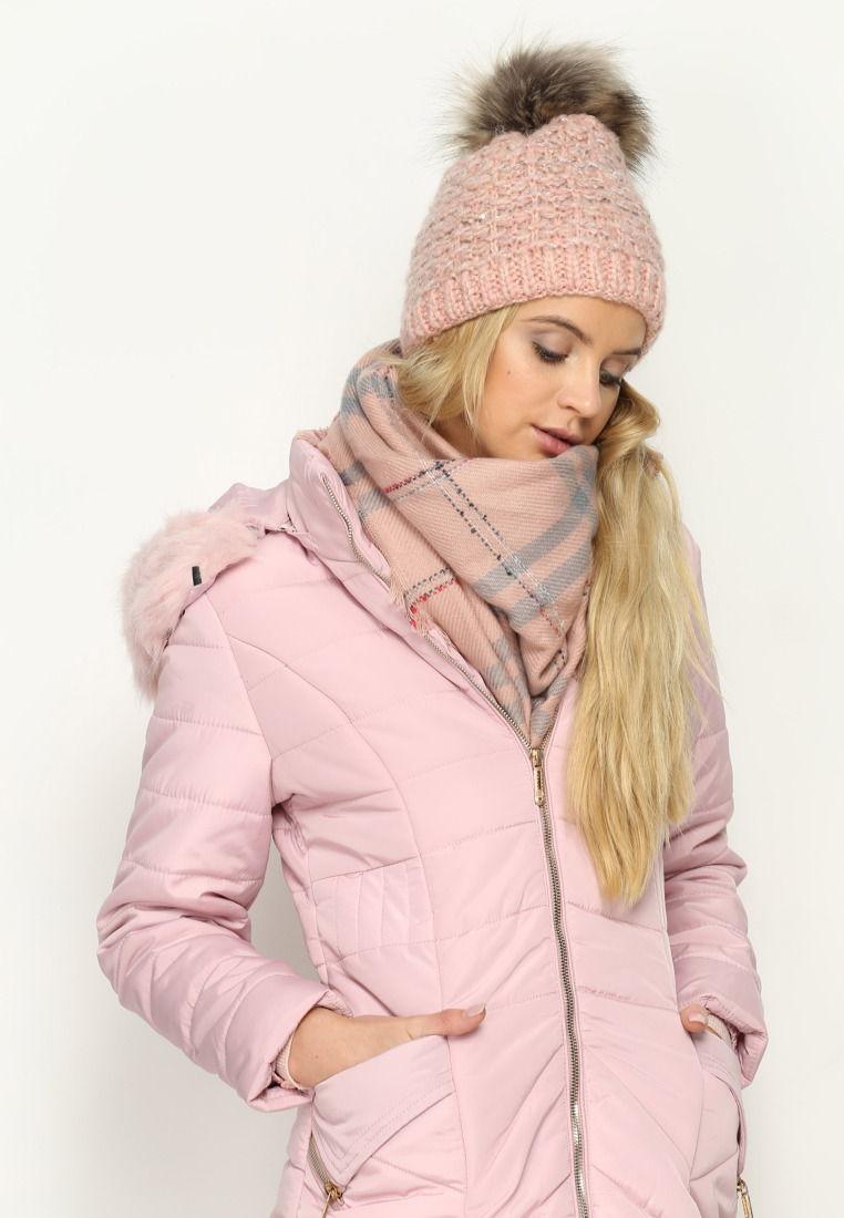 Розовая шапка - находка для девушке со светлыми волосами