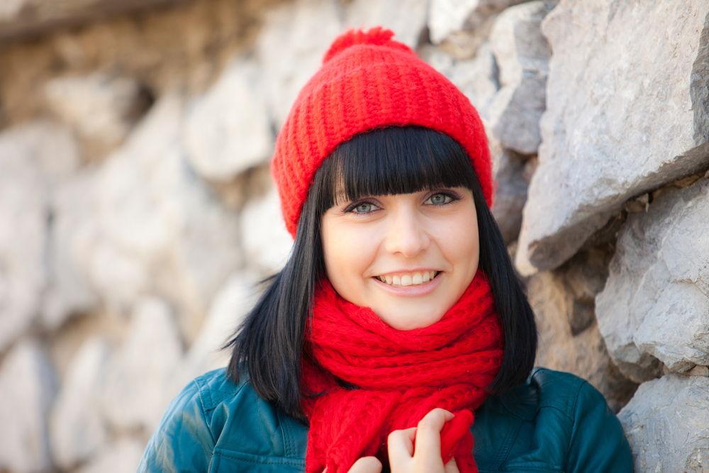 Яркая красная шапка - идеальный вариант для брюнеток