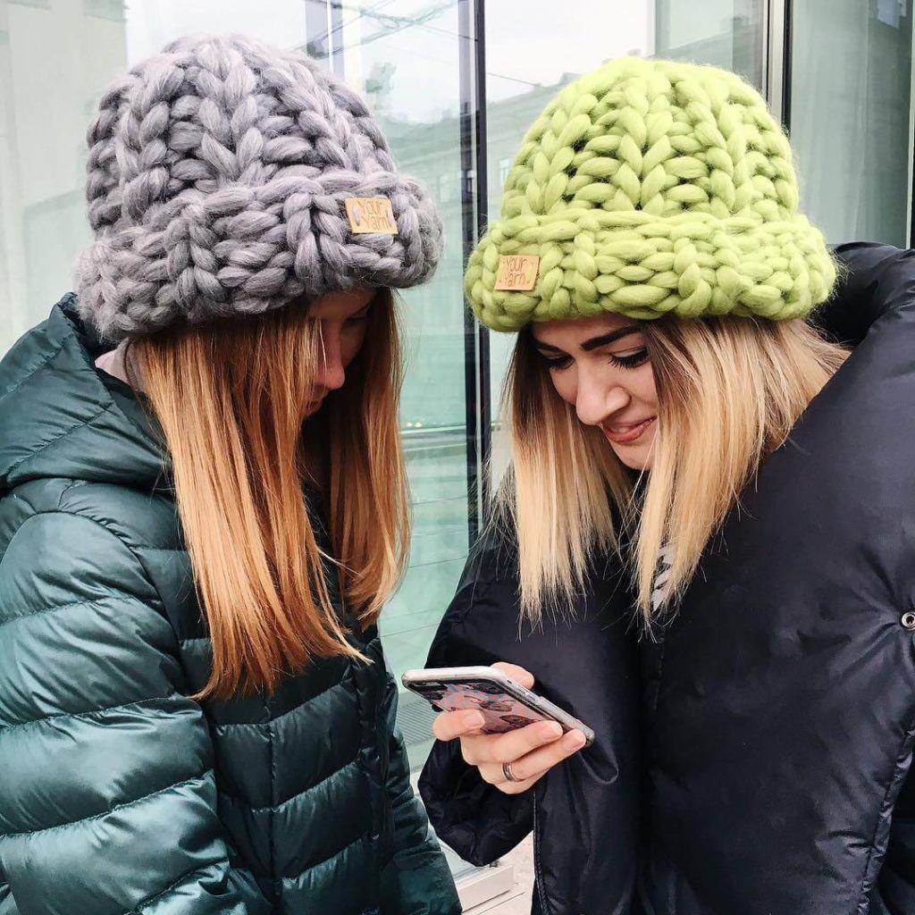Сочетание шапки крупной вязки с пуховиком