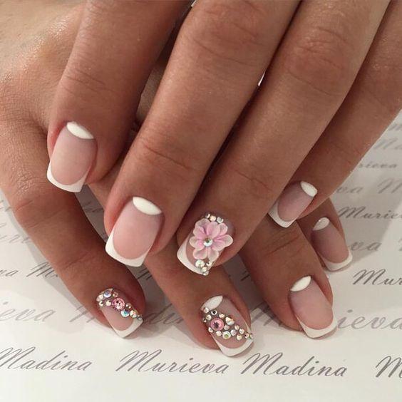 Матовый маникюр с белым френчем на коротких ногтях