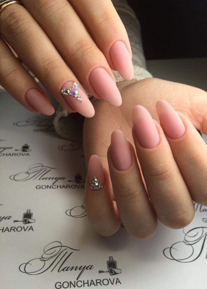 Нежный розовый меникюр на длинных овальных ногтях 2018