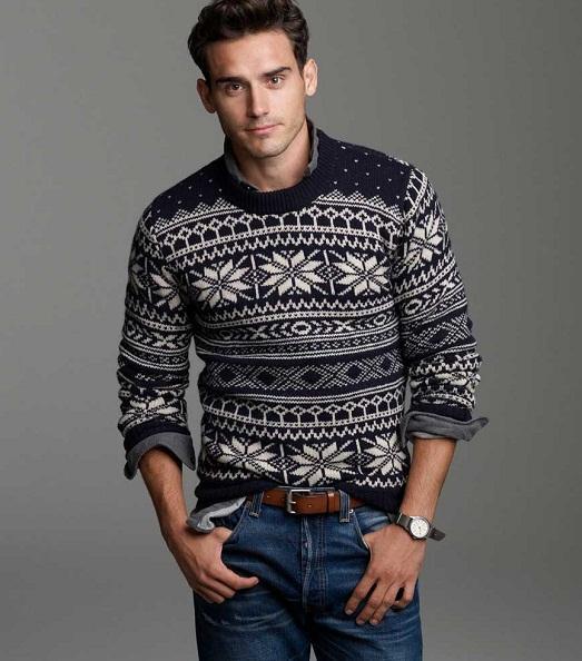 Принт на мужском свитере снежинка