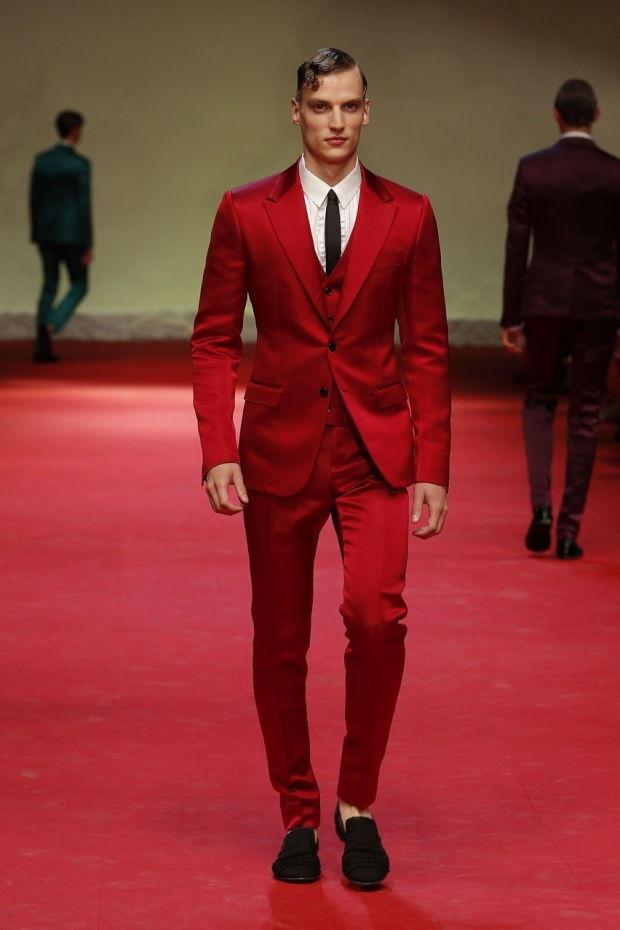 Красный мужской костюм