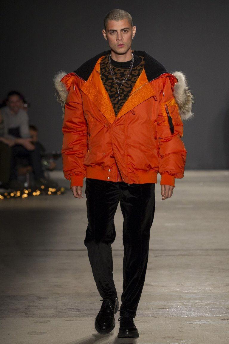 Оранжевый пуховик с капюшоном