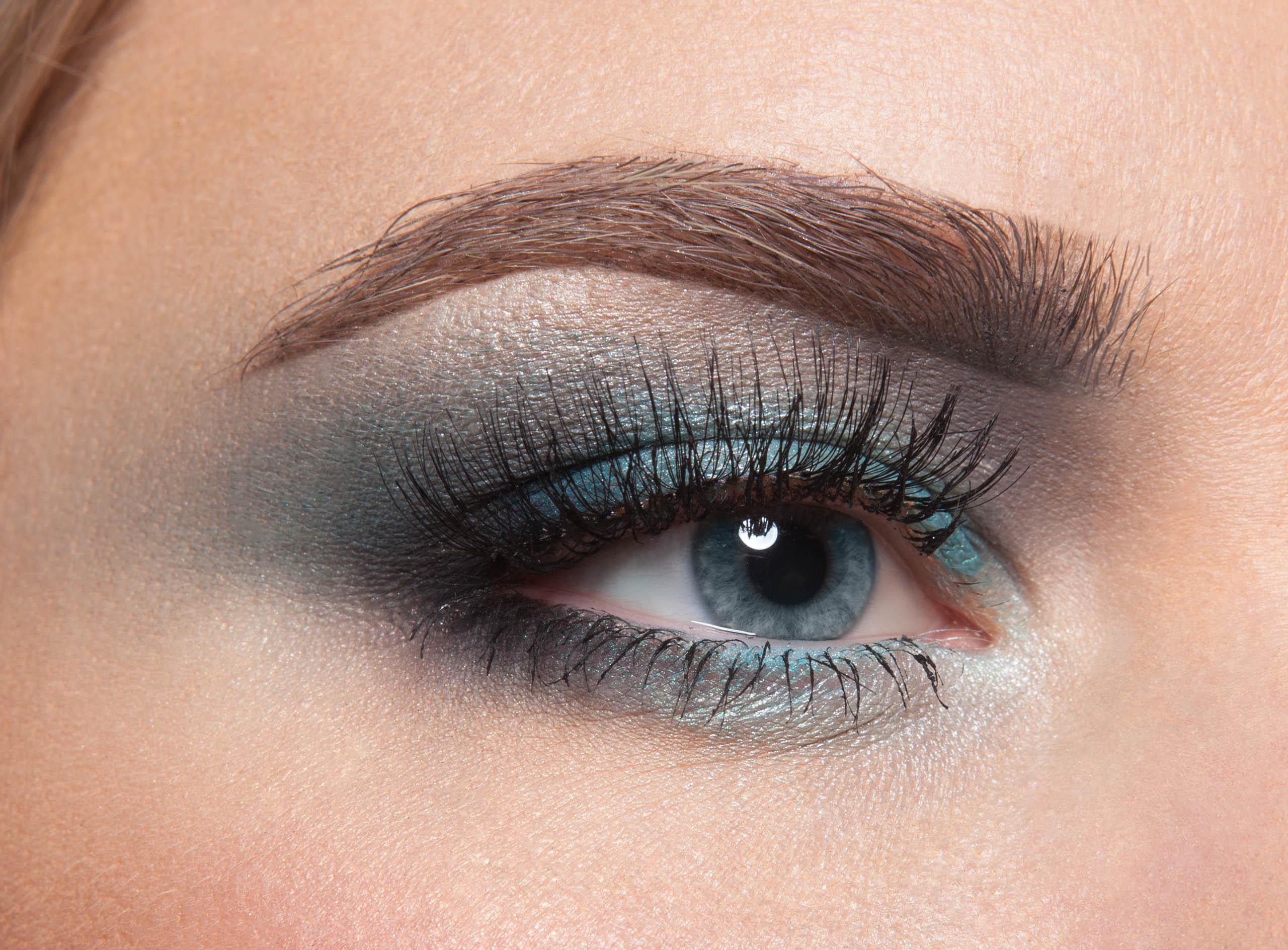 Серо-голубые тона в макияже голубоглазой женщины