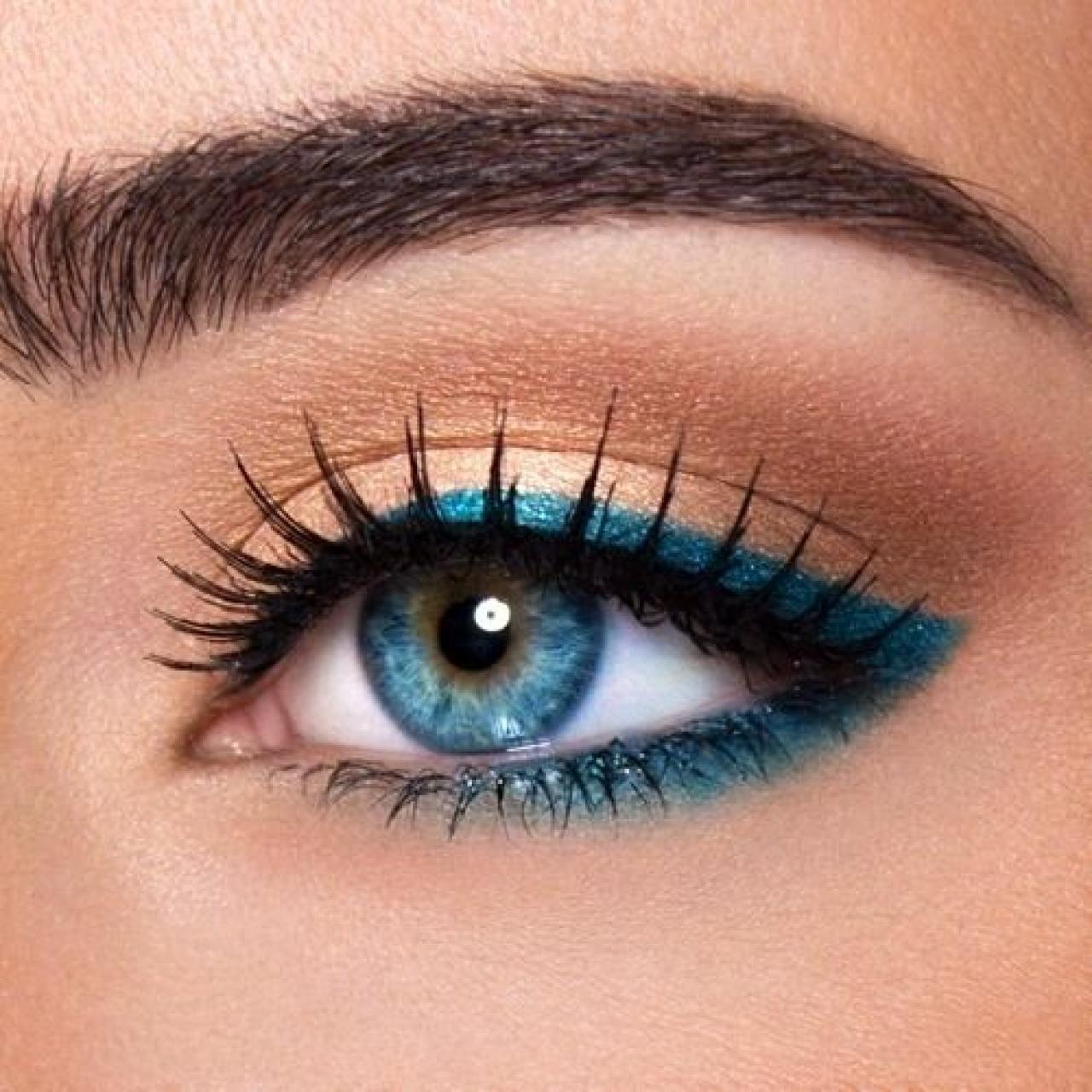 Голубые стрелки в макияже девушки с голубыми глазами