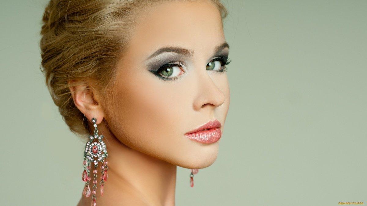 Праздничный неброский макияж для зеленоглазой блондинки