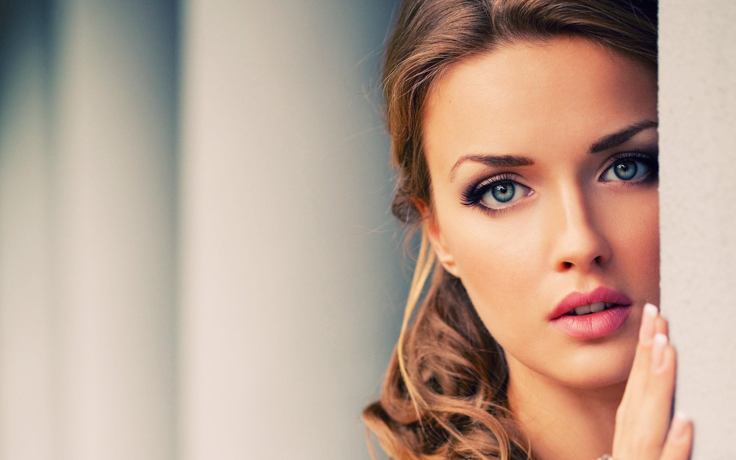 Светловолосая девушка с голубыми глазами