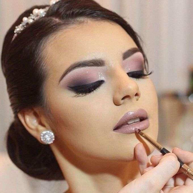 Модный макияж губ для шатенок
