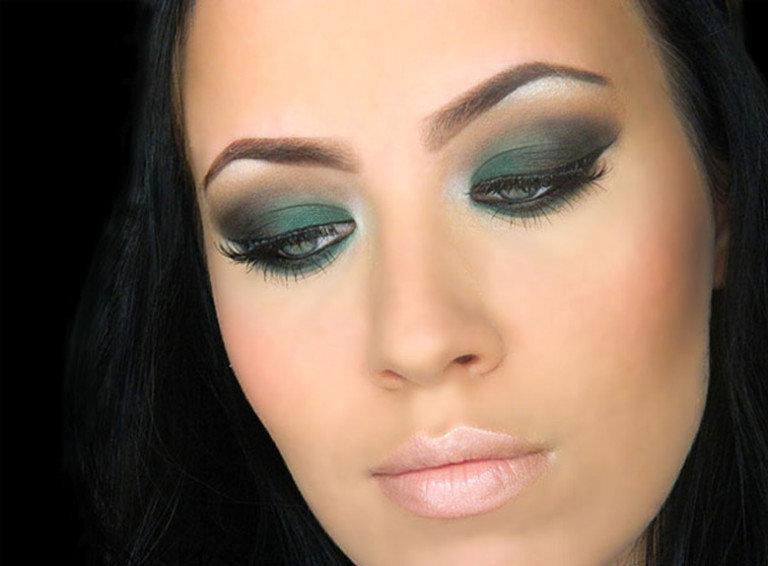 Изумрудный макияж для брюнетки с зелеными глазами