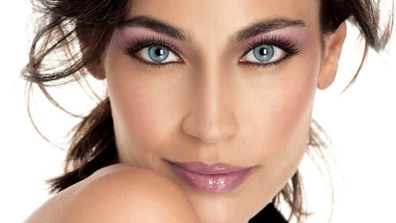 Сиреневый макияж для шатенки с серыми глазами