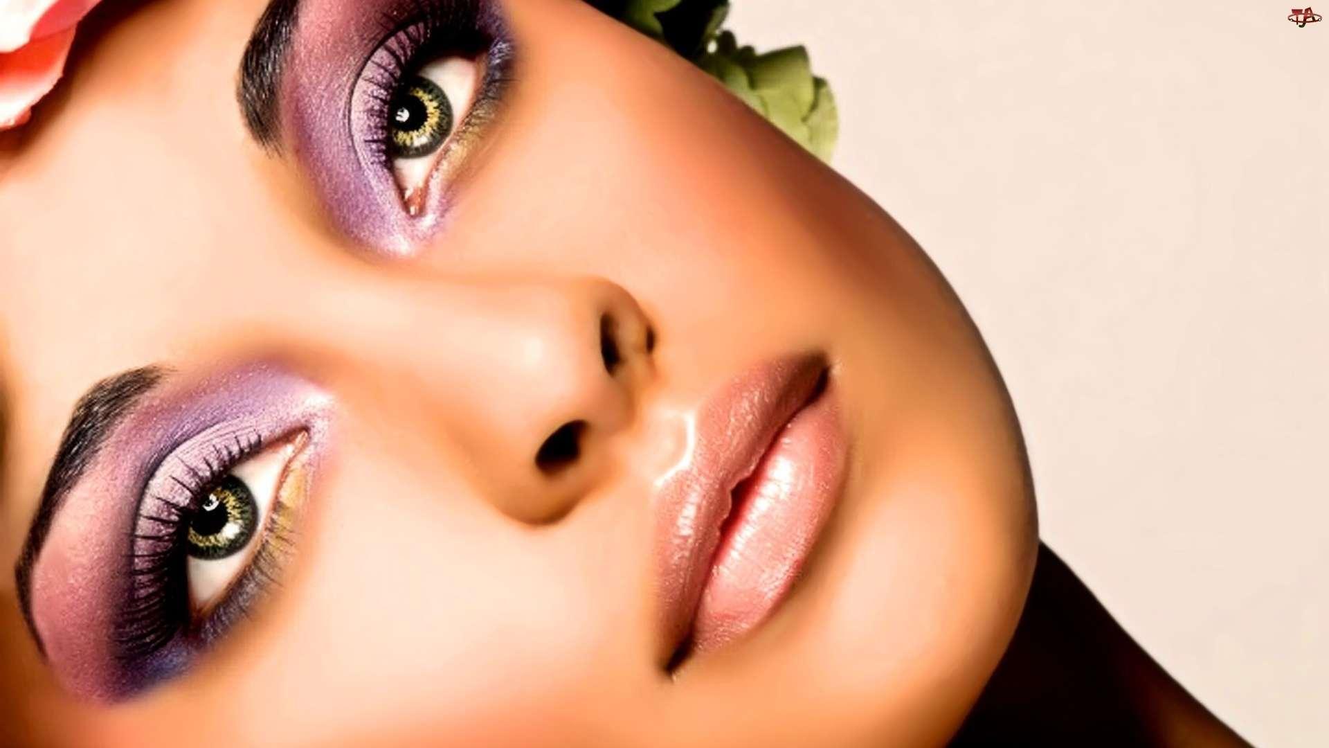 Подчеркиваем глубину зеленых глаз