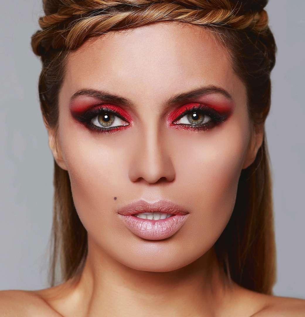 Вызывающий красный макияж для девушки с зелеными глазами