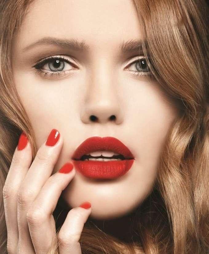 Макияж для губ приглущенно красного цвета