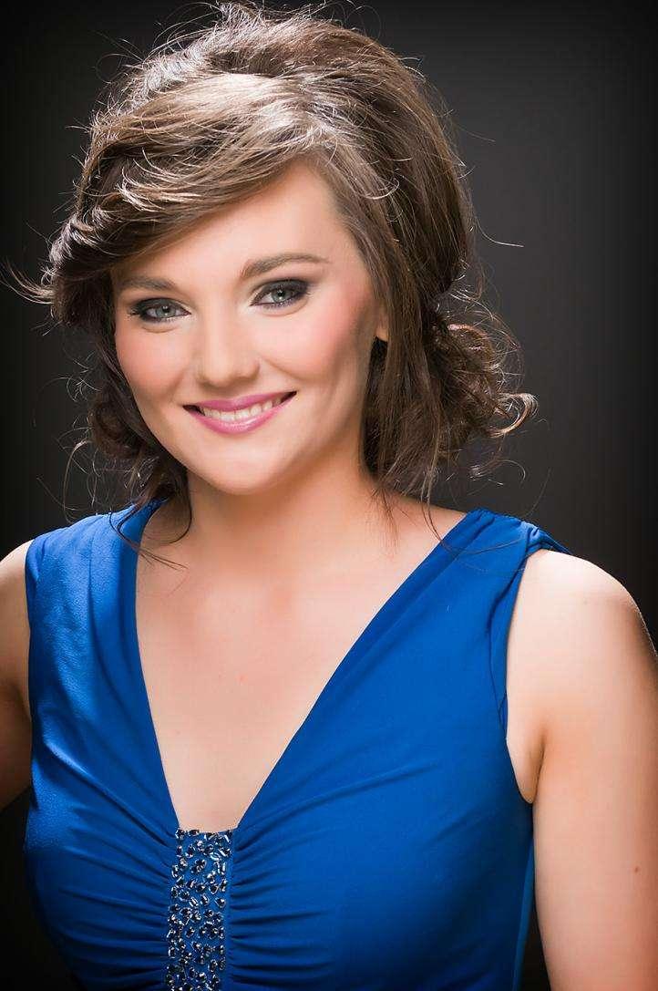 Шатенка в синем платье и подходящий макияж