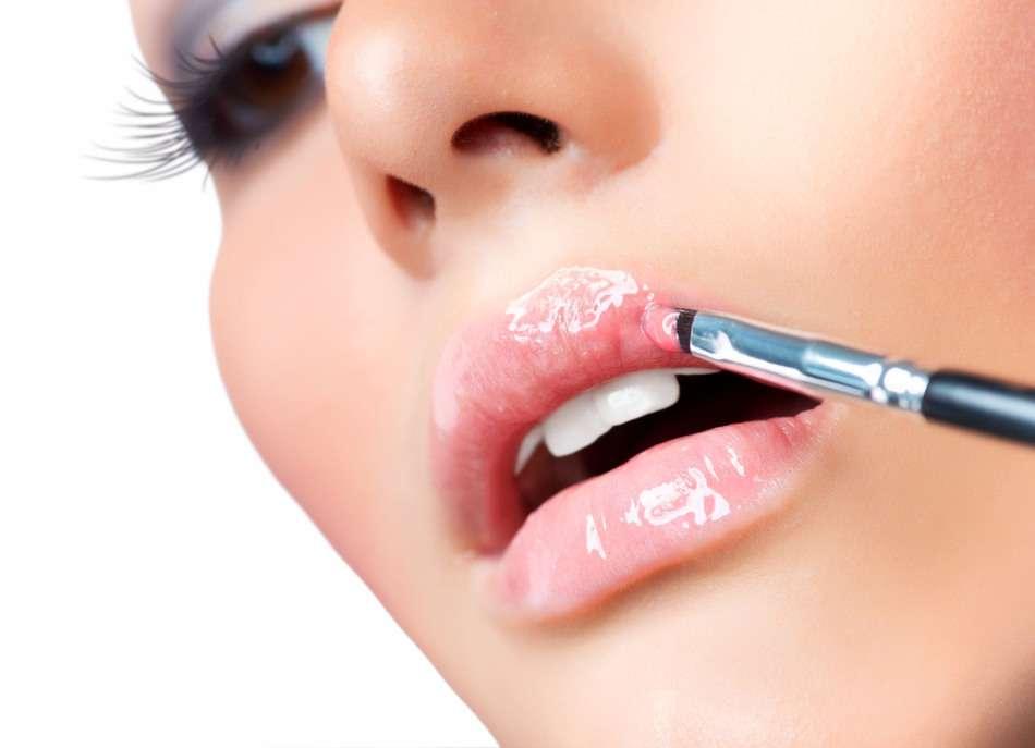 Модный макияж губ с блеском