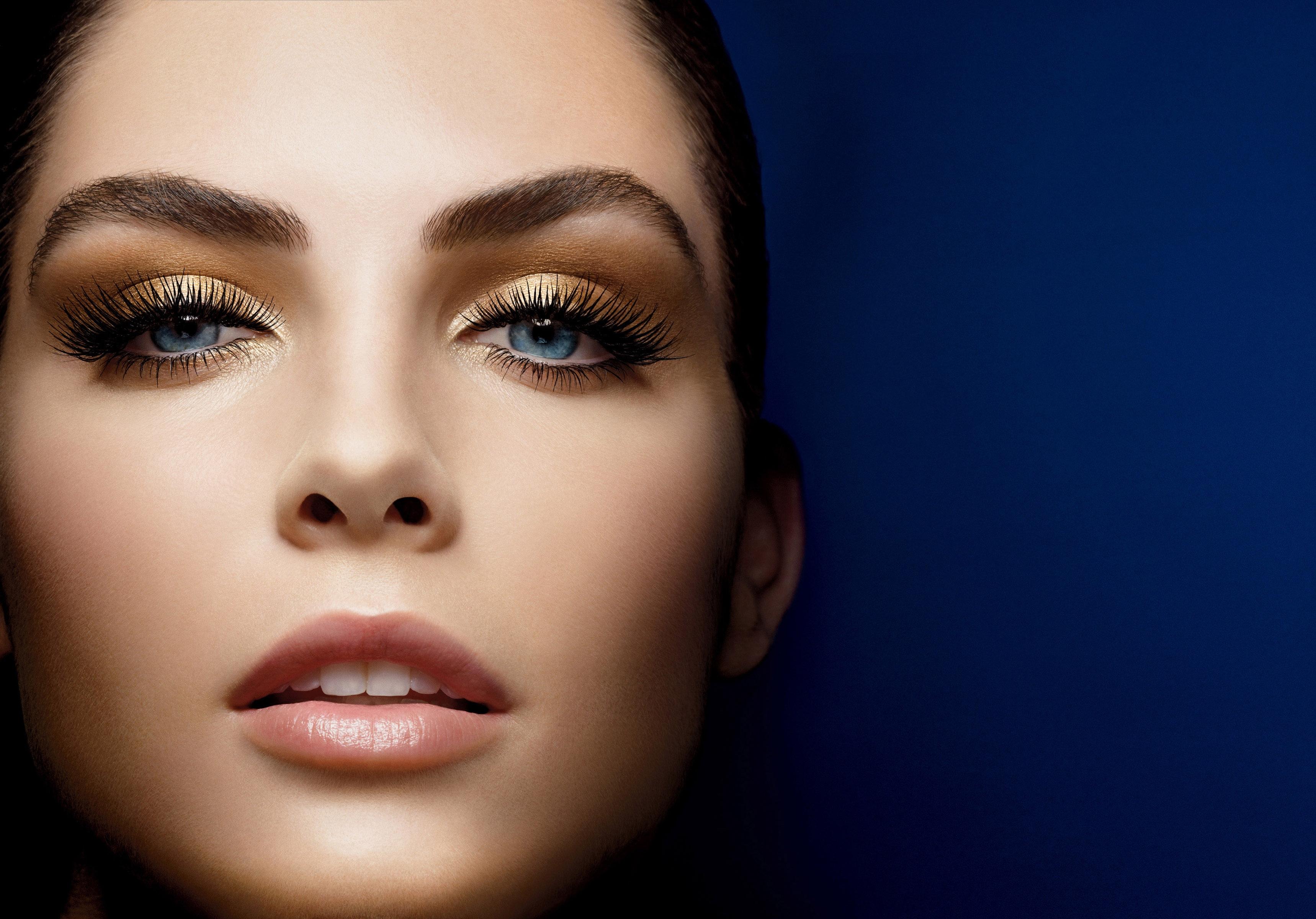 Золотистый макияж для голубых глаз