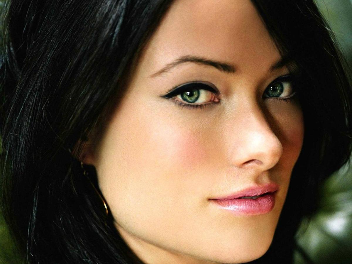 Интригующий макияж для брюнетки с зелеными глазами