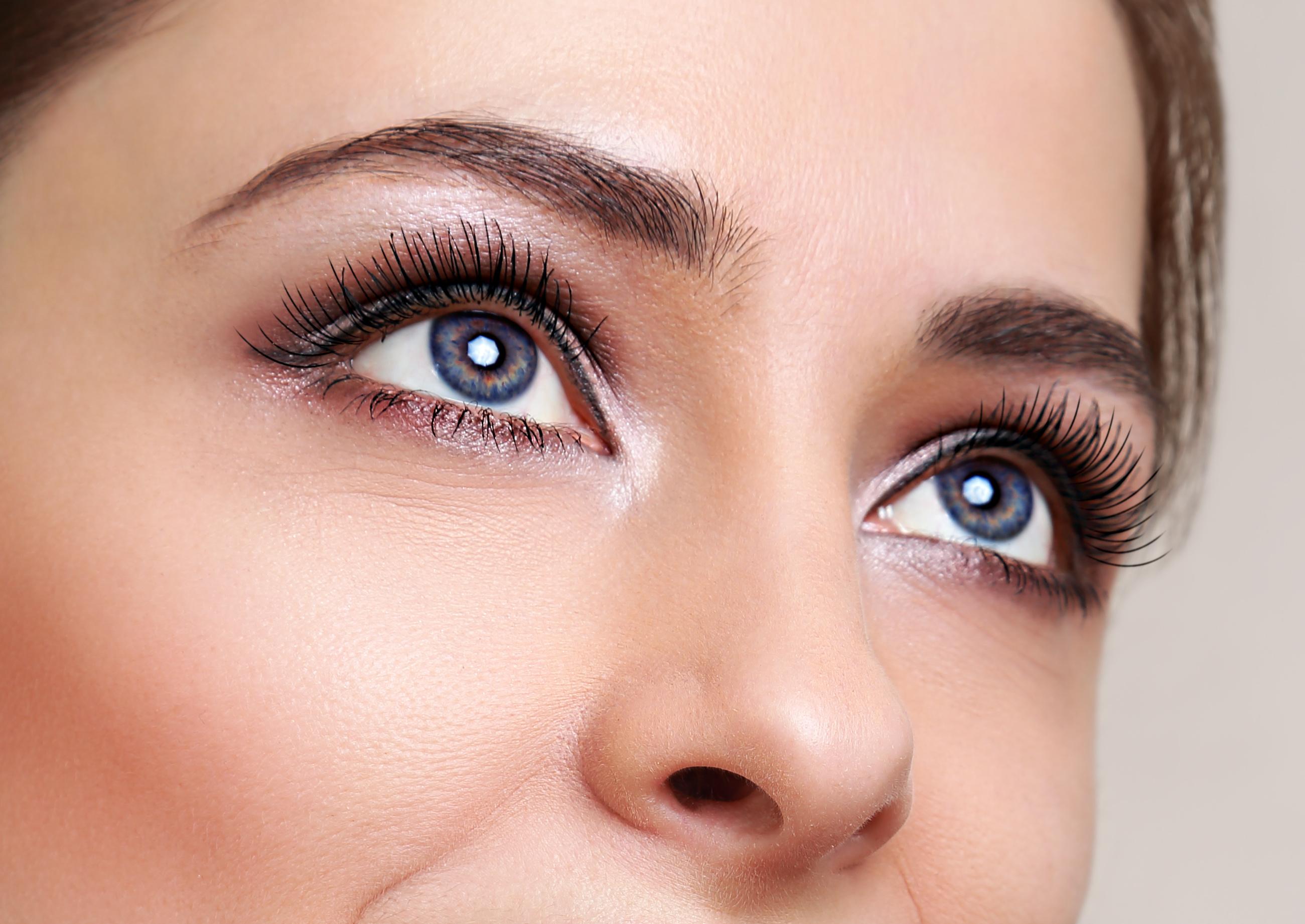 Русоволосая девушка с голубыми глазами