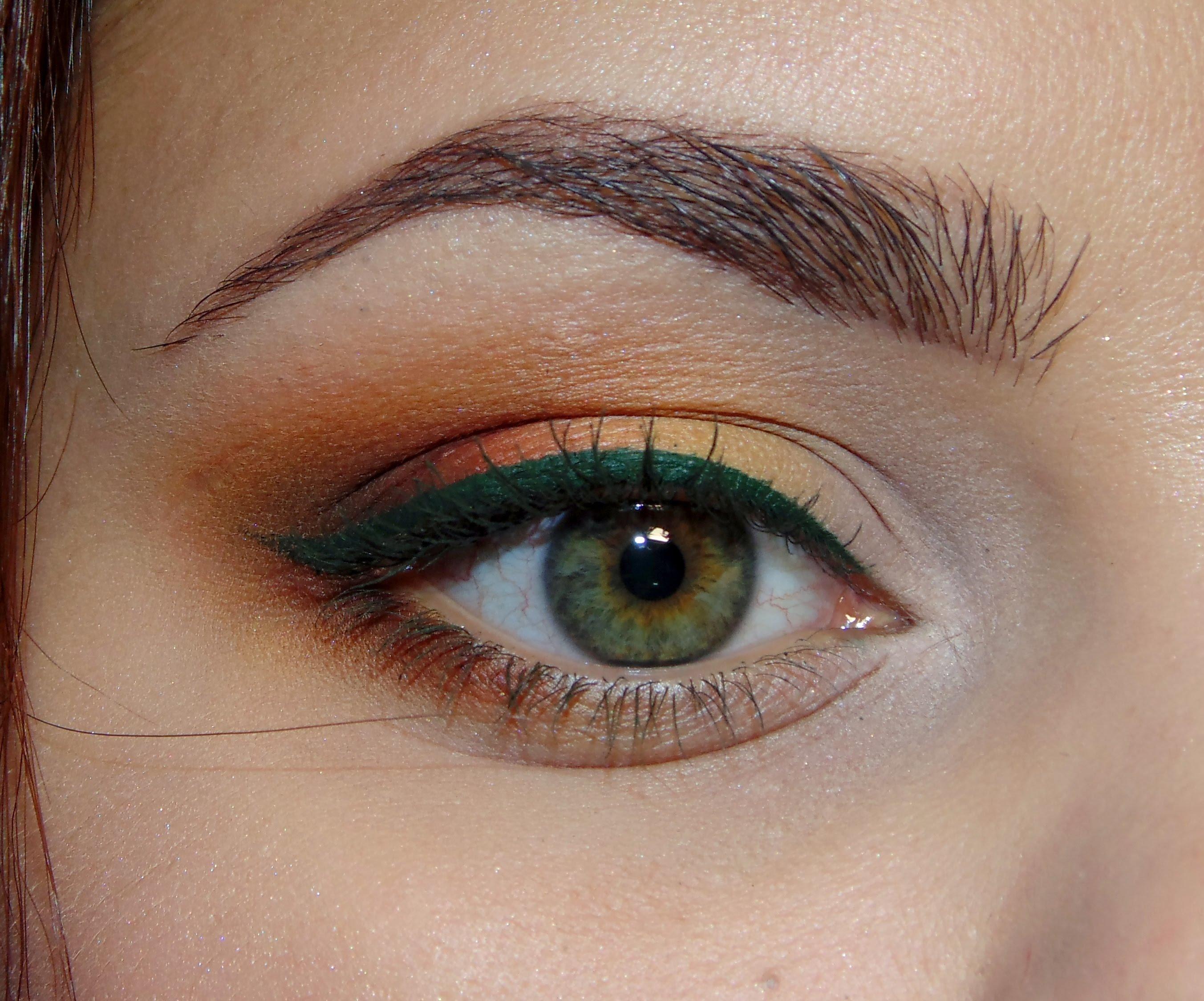 Подводка для глаз в макияже зеленоглазой девушки