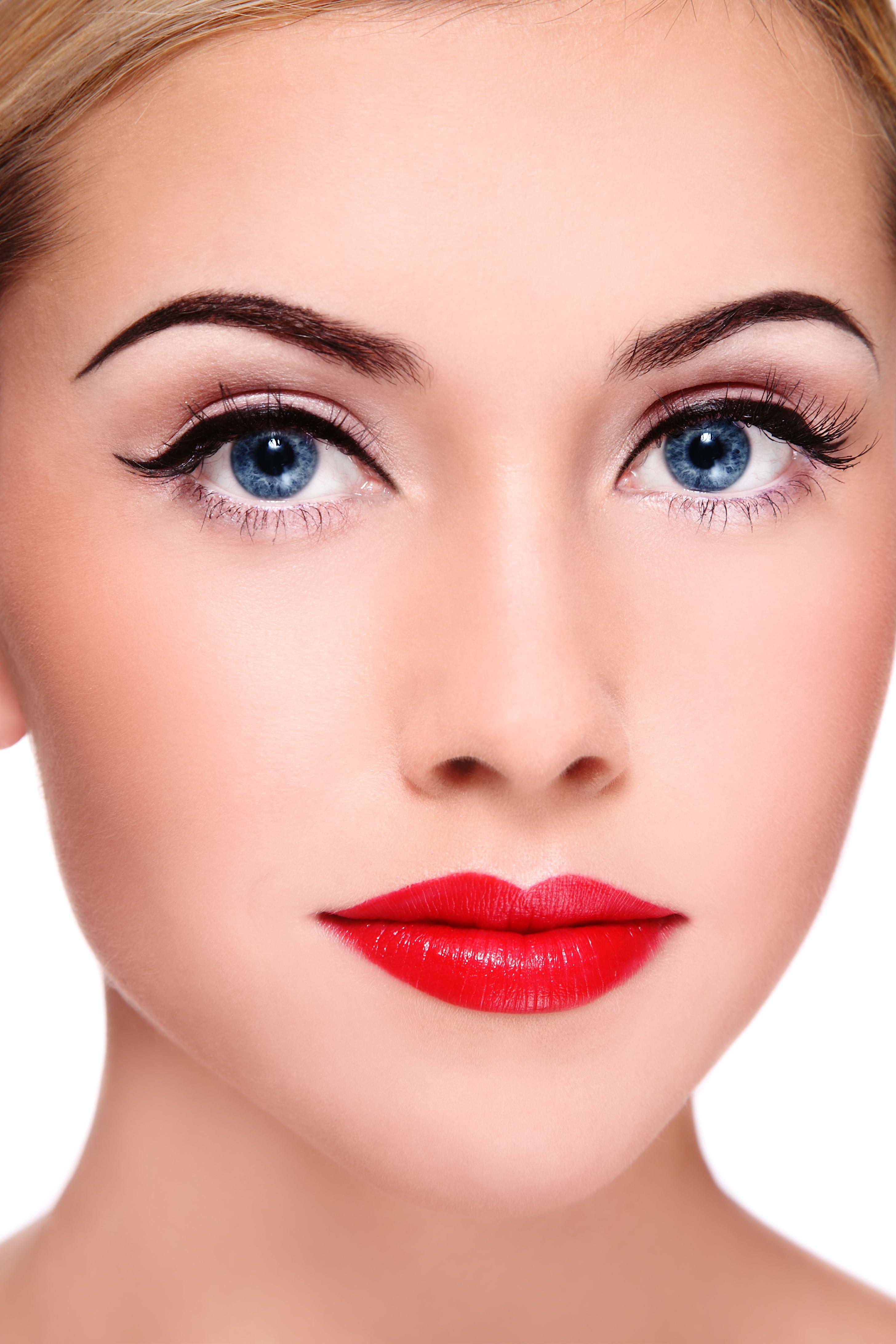 Голубоглазая женщина макияж
